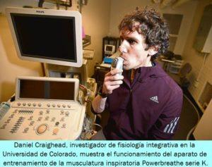 Daniel Craighead, investigador de fisiología integrativa en la Universidad de Colorado, demuestra el funcionamiento del aparato de entrenamiento de la musculatura inspiratoria Powerbreathe serie K.