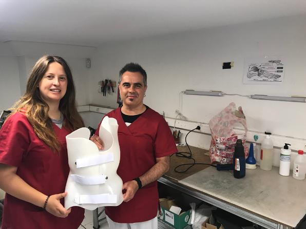Atención al cliente en Ortopedia Plantia sobre corsés a medida para la escoliosis